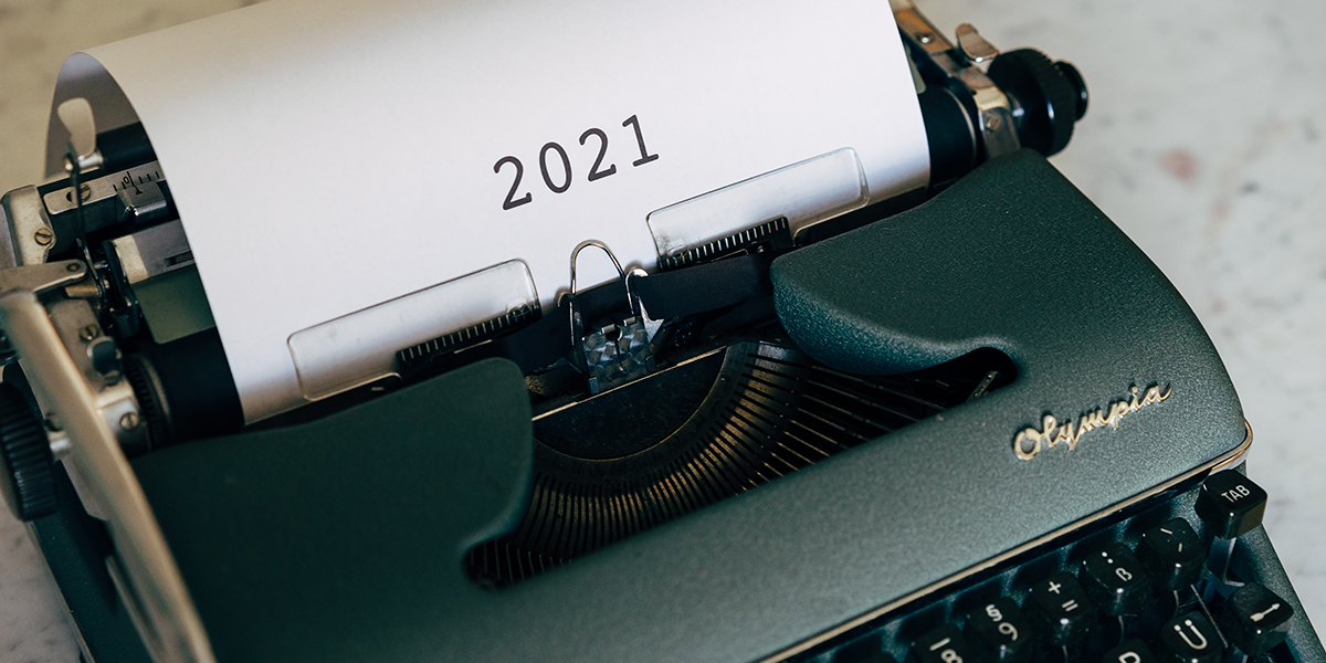 Typewriter with 2021 written on the page
